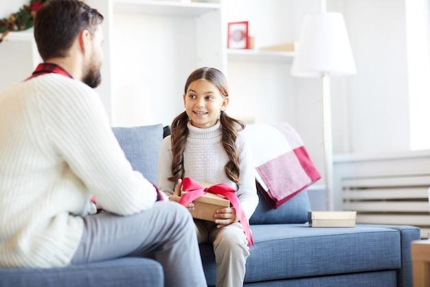Dziewczyna rozmawia z ojcem w boże narodzenie