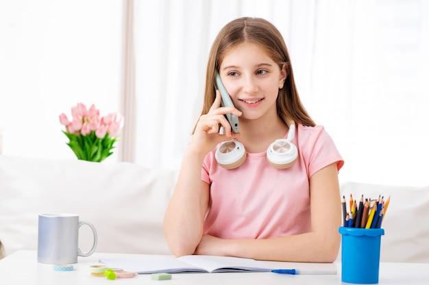 Dziewczyna rozmawia z przyjaciółmi na telefon