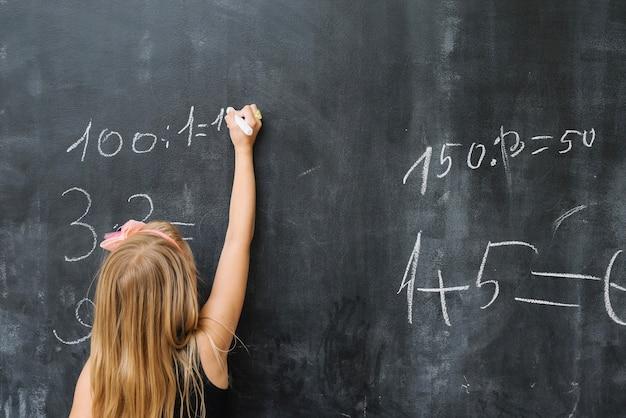 Dziewczyna rozwiązuje ćwiczenia matematyczne