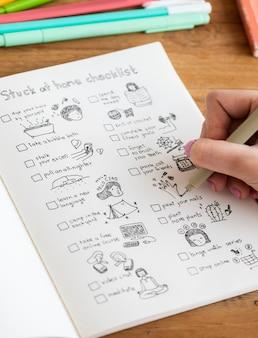 Dziewczyna rysująca i robiąca listę kontrolną w zeszycie