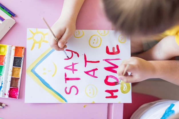 Dziewczyna rysunek razem w domu podczas kwarantanny. gry z dzieciństwa, rysunek sztuki, koncepcja pobytu w domu