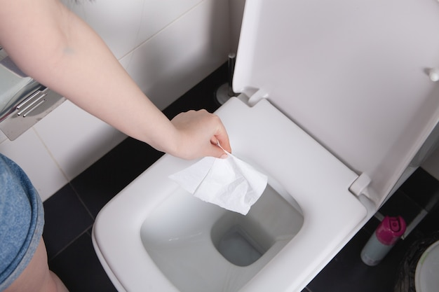 Dziewczyna rzuca papier do toalety