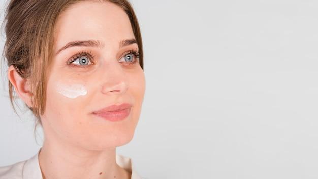 Dziewczyna sama stosuje produkt kosmetyczny