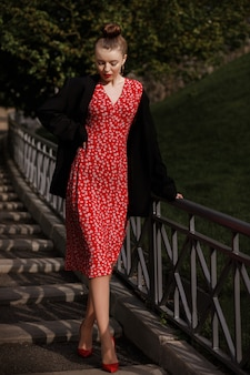 Dziewczyna schodzi po schodach w mieście. stylowe ubrania na randkę
