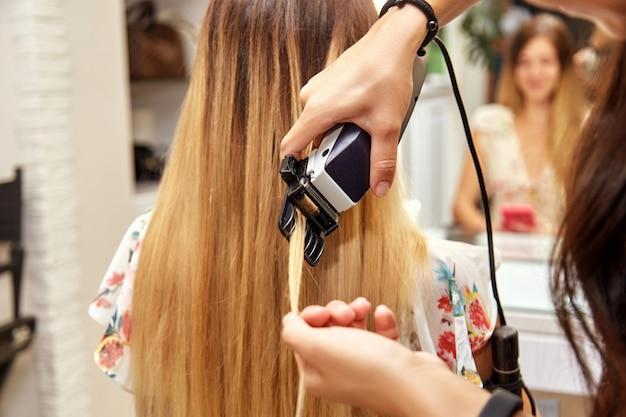 Dziewczyna się jej włosy w salonie