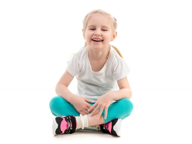 Dziewczyna się śmiać, na białym tle