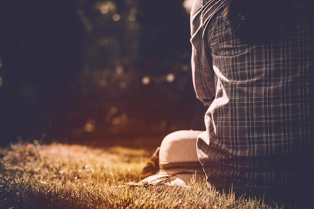 Dziewczyna siedzi myśląc do kogoś z samotnym w naturze