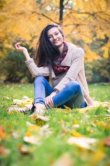 Dziewczyna siedzi na trawie