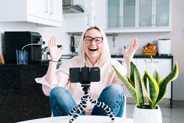 Dziewczyna siedzi w domu i trzyma połączenie wideo.