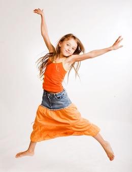 Dziewczyna skacze na białym tle