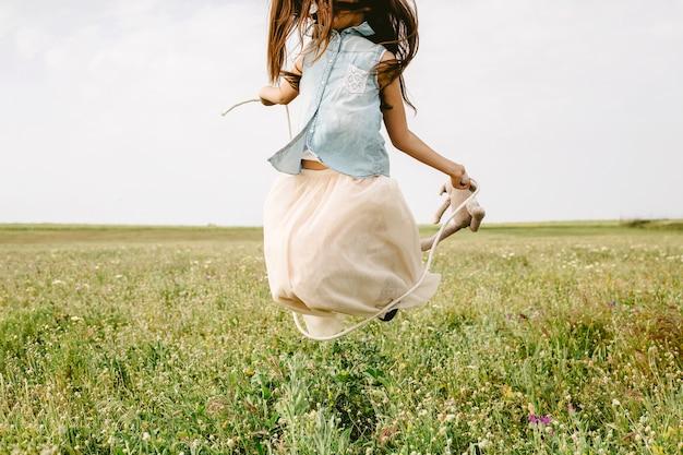 Dziewczyna skacze w polu