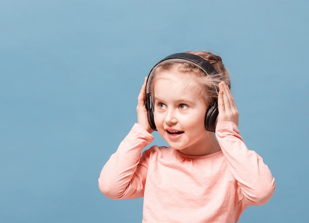 Dziewczyna słucha muzyka z hełmofonami