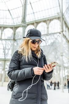 Dziewczyna słucha muzyki na swoim telefonie