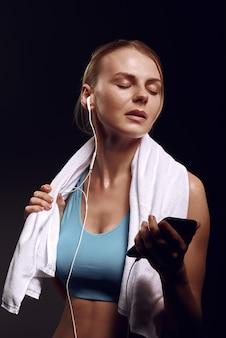 Dziewczyna słucha muzyki po treningu