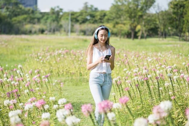 Dziewczyna słucha muzyki w parku
