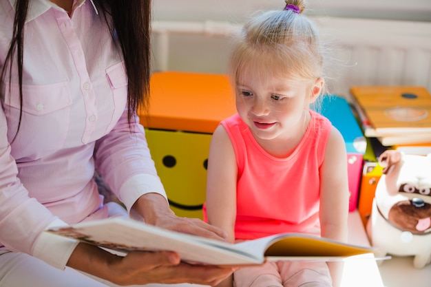 Dziewczyna słucha opowieści z zainteresowaniem