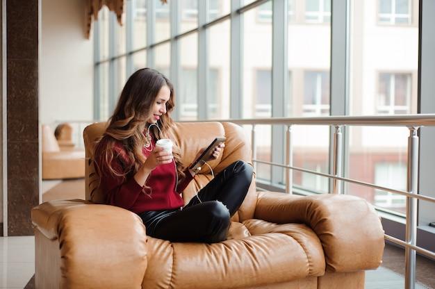 Dziewczyna słuchanie muzyki przez słuchawki na tablecie