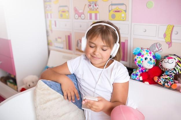 Dziewczyna, słuchanie muzyki w słuchawkach