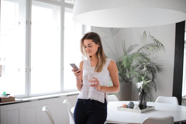 Dziewczyna sms-y w domu