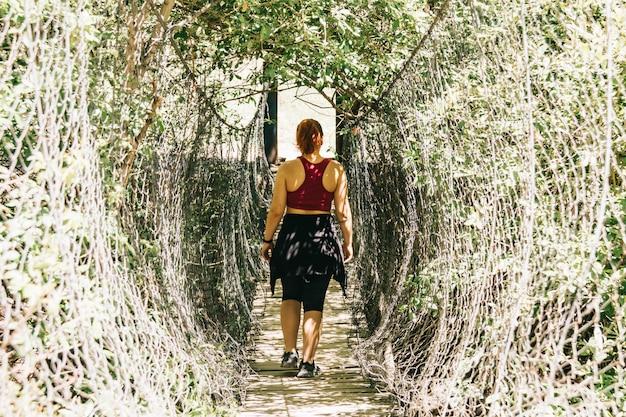 Dziewczyna spacer w los cahorros, granda, hiszpania