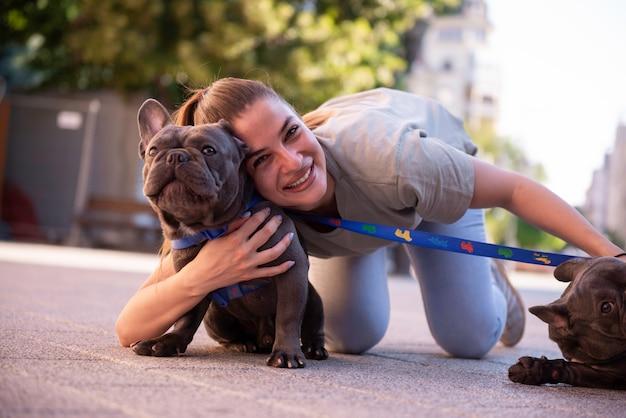 Dziewczyna, spacery z psami na zewnątrz