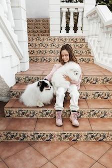 Dziewczyna spędza czas z psem