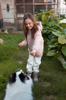 Dziewczyna spędza czas ze swoim szczeniakiem