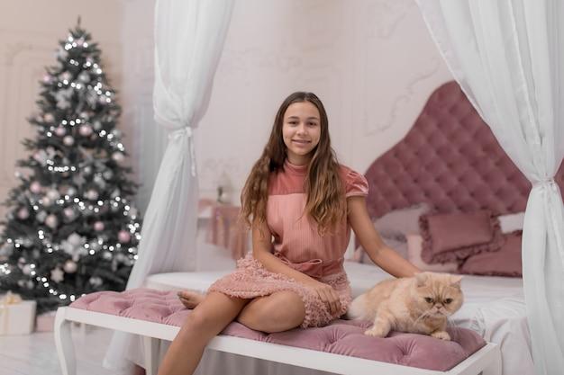 Dziewczyna spędza święta bożego narodzenia ze swoim kotem