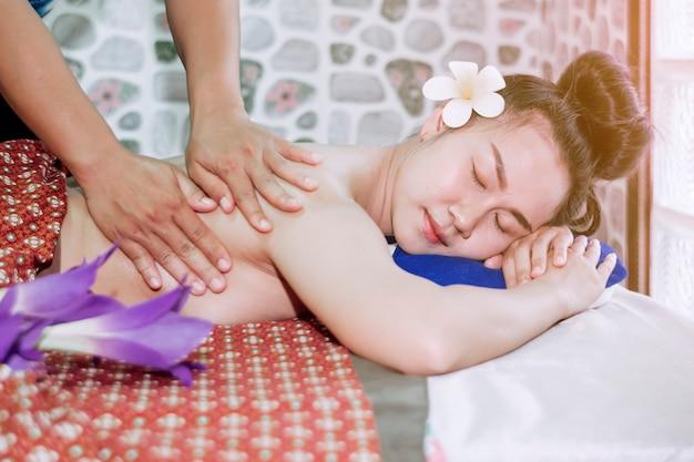 Dziewczyna śpi wygodnie podczas masowania tajskiego spa