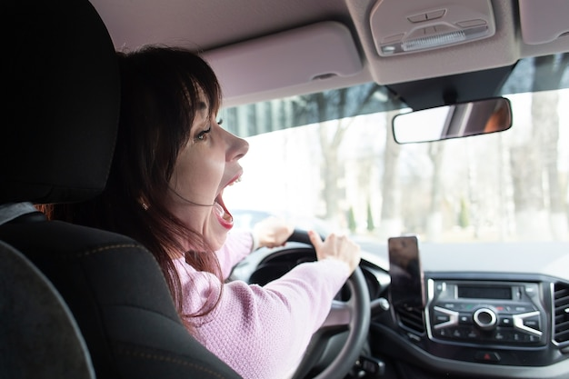 Dziewczyna śpiewa w samochodzie