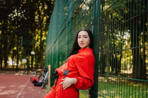 Dziewczyna sport fitness w moda sportowa, sporty na świeżym powietrzu, styl miejski