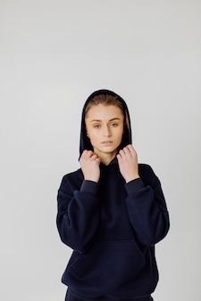 Dziewczyna sport fitness w odzieży sportowej moda. portret dziewczynki w odzieży sportowej
