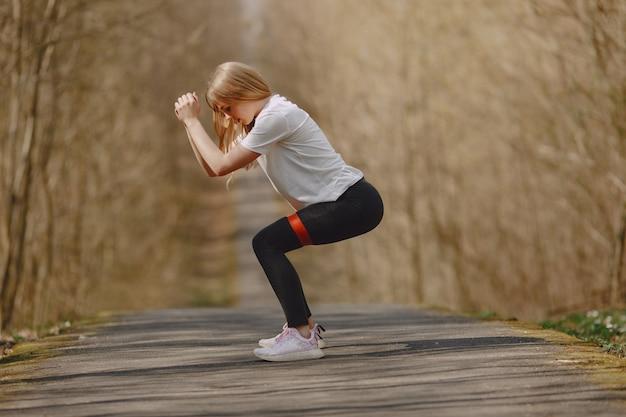 Dziewczyna sportowej szkolenia w lesie latem
