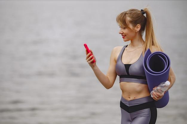 Dziewczyna sportowej szkolenia w letnim parku