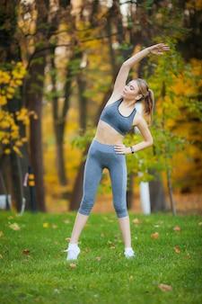 Dziewczyna sportowiec ćwiczenia na zewnątrz