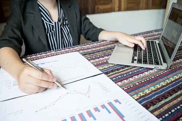 Dziewczyna sprawdza finanse firmy, aby przygotować plan rozszerzenia działalności na ue