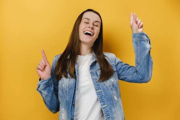 Dziewczyna sprawia, że energiczne tańce ruchowe są beztroskie