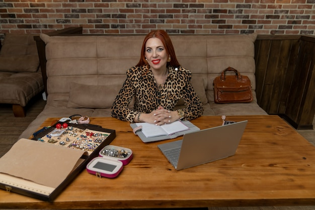 Dziewczyna sprzedaje biżuterię przez internet