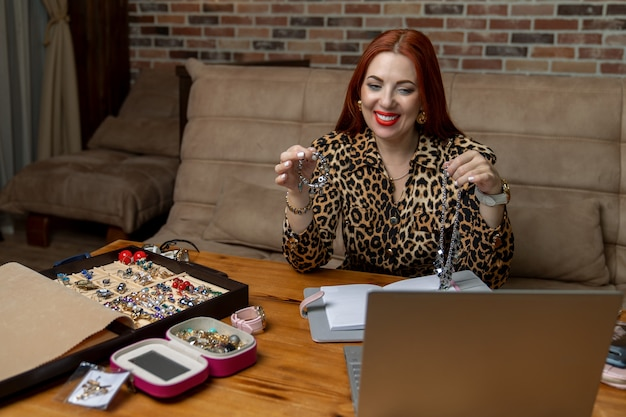 Dziewczyna sprzedaje srebrną biżuterię przez internet