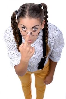 Dziewczyna stoi i prostuje okulary.