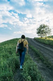 Dziewczyna stoi plecami na tle gór