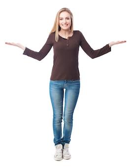 Dziewczyna stoi z otwartymi ramionami