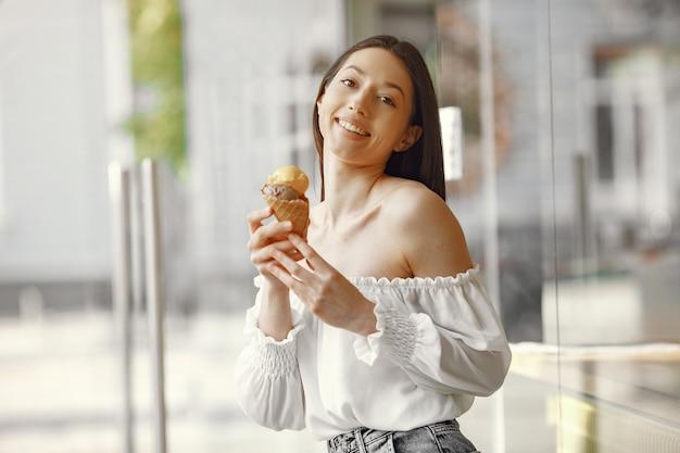 Dziewczyna stojąca w letnim mieście z lodami