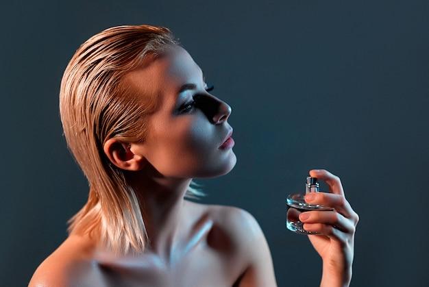 Dziewczyna stosując perfumy.