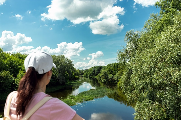 Dziewczyna strzela piękny krajobraz na smartfonie