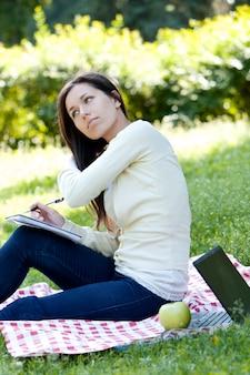 Dziewczyna studiuje w parku