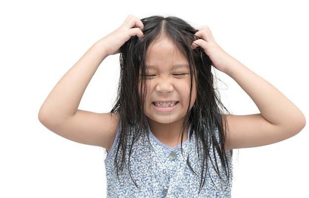 Dziewczyna swędzący włosy na pojedyncze białe tło, koncepcja opieki zdrowotnej