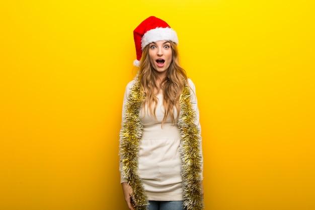 Dziewczyna świętuje boże narodzenie wakacje na żółtym tle