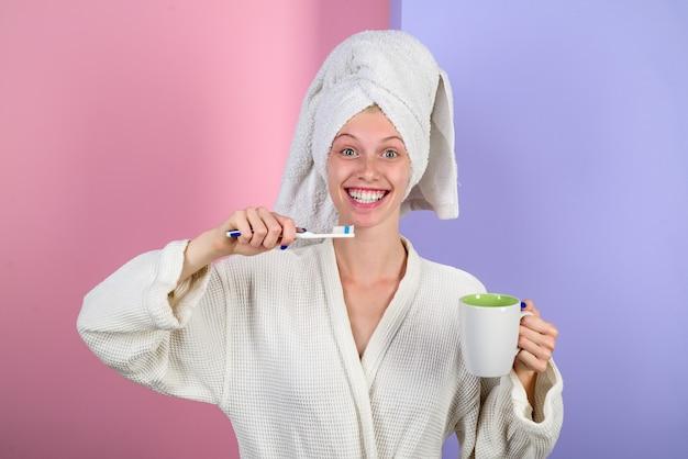 Dziewczyna szczotkująca zęby kobieta w białym delikatnym szlafroku codzienne rutynowe poranne procedury budzące sen