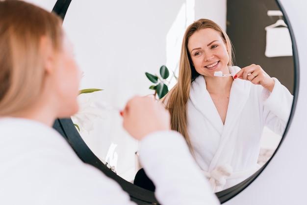Dziewczyna szczotkuje zęby w łazience